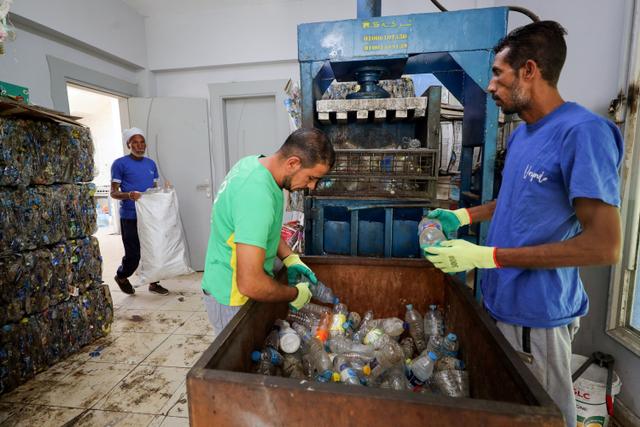 Foto: Aksi Nelayan Bersih-bersih Botol Plastik di Sungai Nil, Mesir (50952)