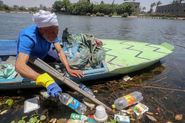 Foto: Aksi Nelayan Bersih-bersih Botol Plastik di Sungai Nil, Mesir (50951)