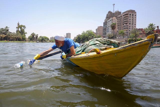 Foto: Aksi Nelayan Bersih-bersih Botol Plastik di Sungai Nil, Mesir (50950)