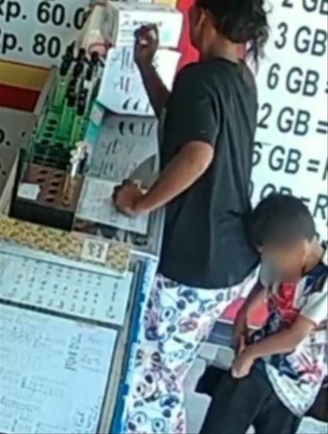 Video Emak-Emak dan Anak Sekongkol Curi Parfum di Konter, Modus Beli Pulsa (394061)
