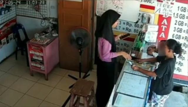 Video Emak-Emak dan Anak Sekongkol Curi Parfum di Konter, Modus Beli Pulsa (394062)