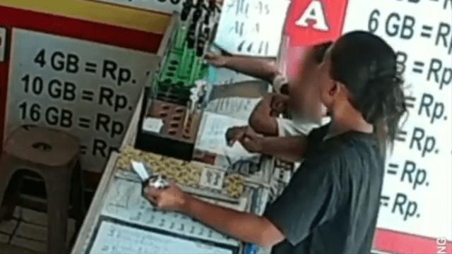 Video Emak-Emak dan Anak Sekongkol Curi Parfum di Konter, Modus Beli Pulsa (394063)