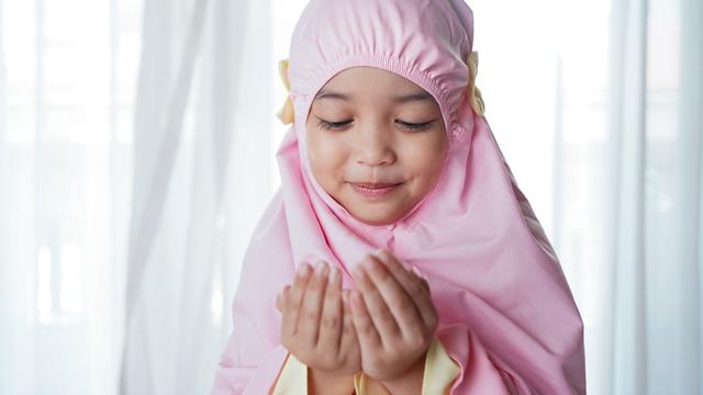 Cara Jelaskan Anak Pentingnya Doa dan Ajak Mereka Rajin Berdoa (763127)