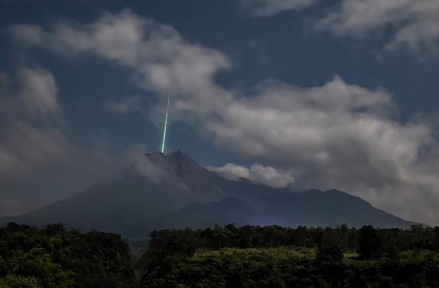2 Hujan Meteor Ini Diduga LAPAN Jadi Penyebab Cahaya Hijau di Gunung Merapi (56127)