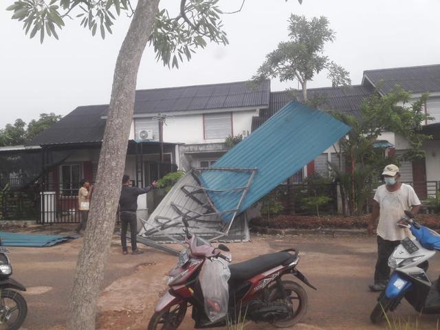 Foto: Potret Rumah Warga di Batam yang Rusak Dihantam Puting Beliung (217879)