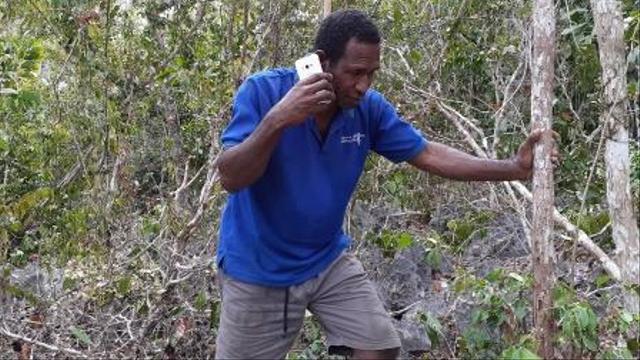 Susah Sinyal, Warga Goras Fakfak Tempuh Cara Ekstrem Cari Jaringan Telepon (24814)