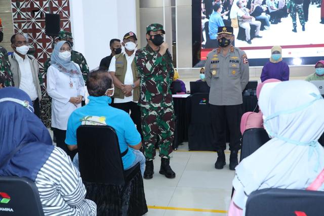 Panglima TNI Cek Vaksinasi Lansia di Cilacap: Tetap Pakai Masker (128396)