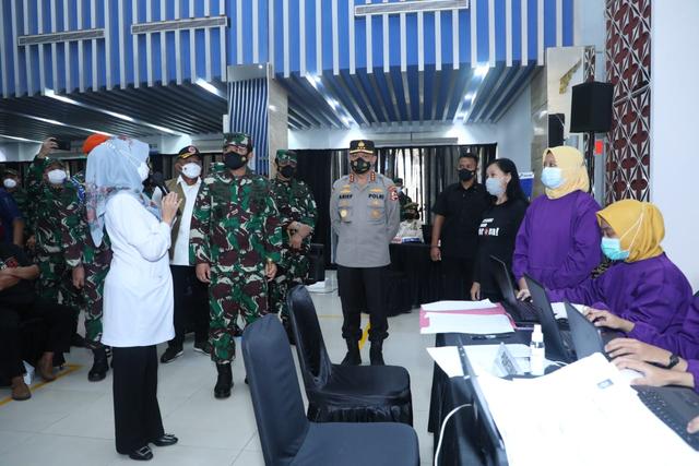 Panglima TNI Cek Vaksinasi Lansia di Cilacap: Tetap Pakai Masker (128397)