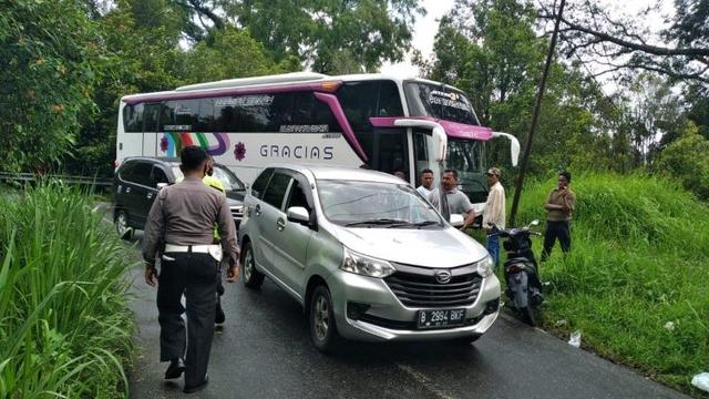 Gara-gara Andalkan Maps, Bus Pariwisata Tersangkut di Jalan Kelok 44 Agam (23109)