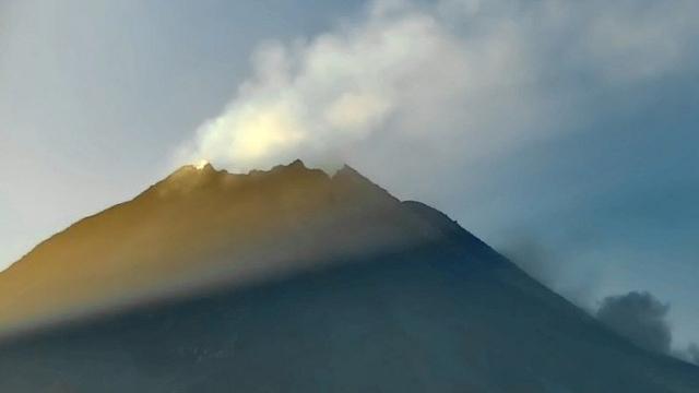Gunung Merapi Luncurkan Awan Panas Guguran Sejauh 2 Km Pagi Ini  (596763)