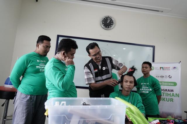 Peserta Pelatihan Cukur IZI dan DKM Masjid Darussalam Pelajari Teori dan Teknik (650)