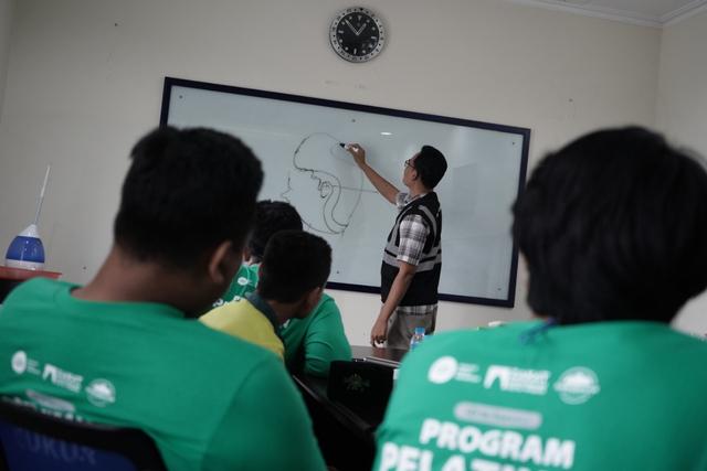 Peserta Pelatihan Cukur IZI dan DKM Masjid Darussalam Pelajari Teori dan Teknik (651)
