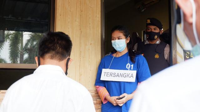 Foto: Ekspresi Nani, Pengirim Sate Sianida di Bantul saat Jalani Rekonstruksi (656582)
