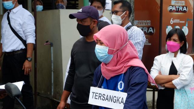 Foto: Ekspresi Nani, Pengirim Sate Sianida di Bantul saat Jalani Rekonstruksi (656579)
