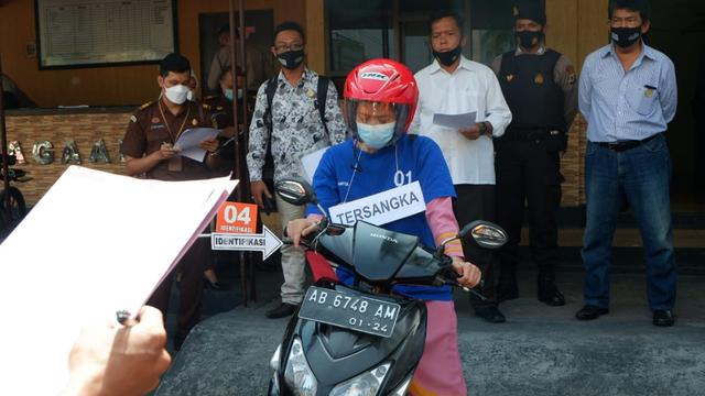 Foto: Ekspresi Nani, Pengirim Sate Sianida di Bantul saat Jalani Rekonstruksi (656577)