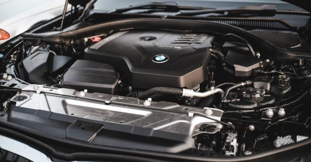 10 Cara Membersihkan Mesin Mobil yang Cepat dan Benar (110117)