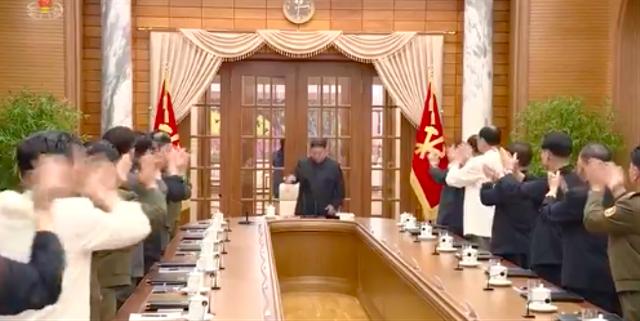 Viral, Tepuk Tangan Kencang Anggota Kabinet Korea Utara Menyambut Kim Jong-un (41141)