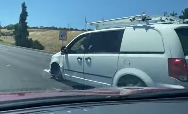 Jangan Ditiru! Aksi Pengendara Geber Mobil di Tol Tanpa Ban Depan (32111)