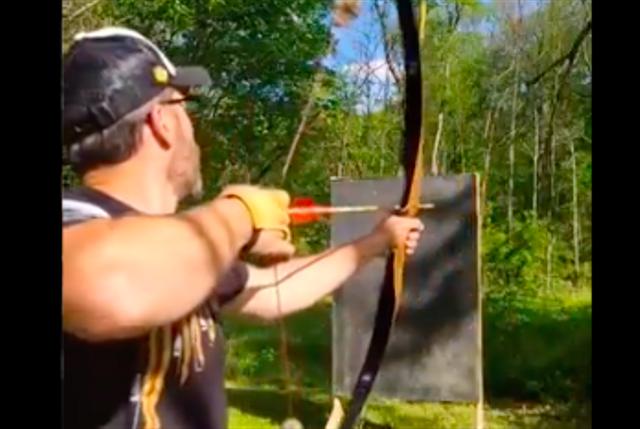 TikToker Ini Pamer Aksi Menembak Sebatang Pensil dengan Anak Panah (462363)