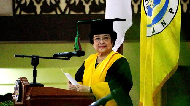 Megawati Didampingi Puan, Prananda, Tatam saat Terima Gelar Profesor Kehormatan (2937)