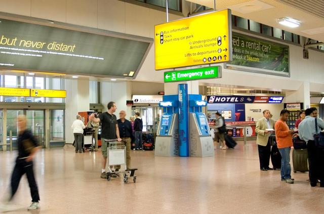 Penerbangan Dibatalkan, Perempuan Ini Mabuk dan Menyerang Staf Bandara (21907)