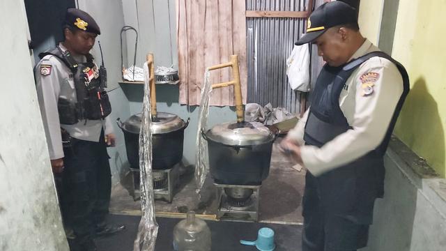 Polisi Gerebek Tempat Produksi Miras di Wamena Papua (316042)