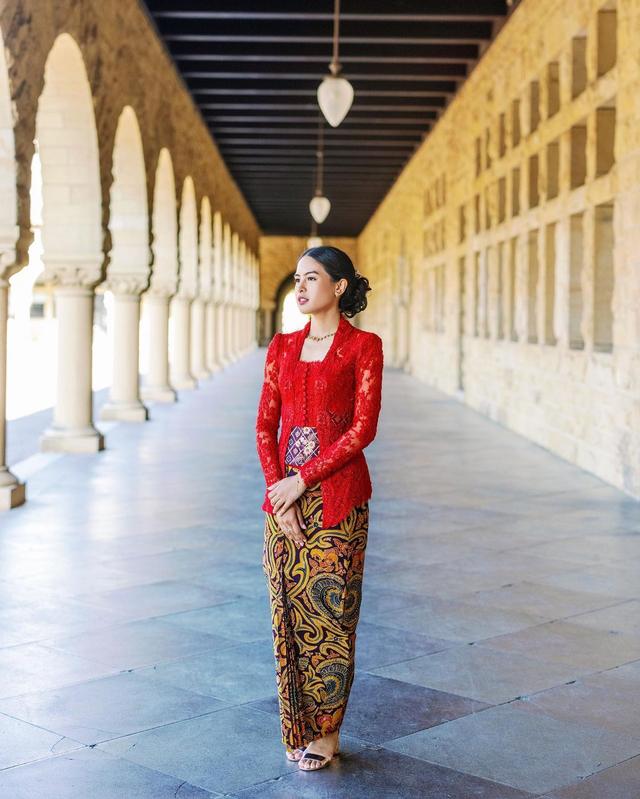 Tampilan Maudy Ayunda saat Wisuda di Stanford, Memukau Pakai Kebaya & Kain (37759)