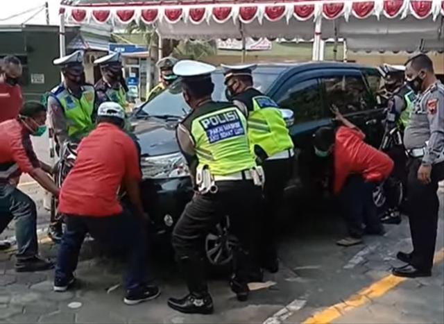 Video Aksi Anggota Polisi Angkat Toyota Avanza yang Parkir Sembarangan (149019)