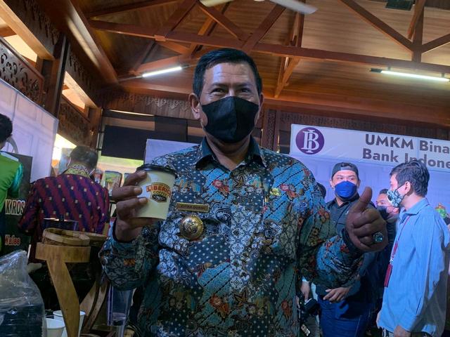 Ketika Bupati Citra Mengajak Bupati Muda Mencicipi Kopi Liberika Kayong Utara (330703)