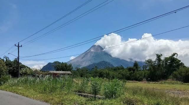 Viral Video Rombongan Pemuda Mendaki Gunung Merapi saat Status Siaga (13983)