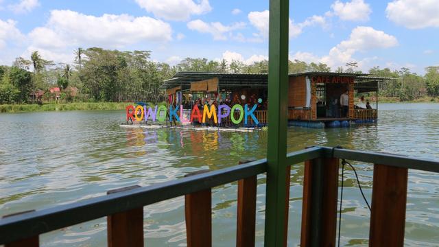 Menikmati Sensasi Makan di Atas Waduk di Cafe Apung Rowo Klampok Malang (329949)