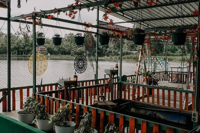 Menikmati Sensasi Makan di Atas Waduk di Cafe Apung Rowo Klampok Malang (329950)