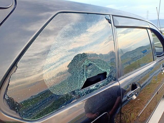 Pemuda Lempar Batu hingga Kaca Mobil Pecah di YIA (1050468)