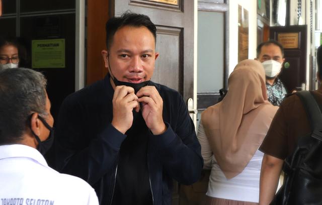 Vicky Prasetyo Lega Dengar Keterangan Saksi di Sidang  (108380)