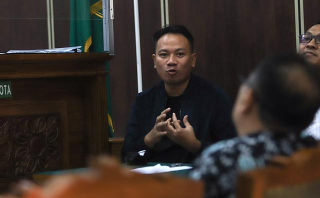 Vicky Prasetyo Lega Dengar Keterangan Saksi di Sidang  (108379)