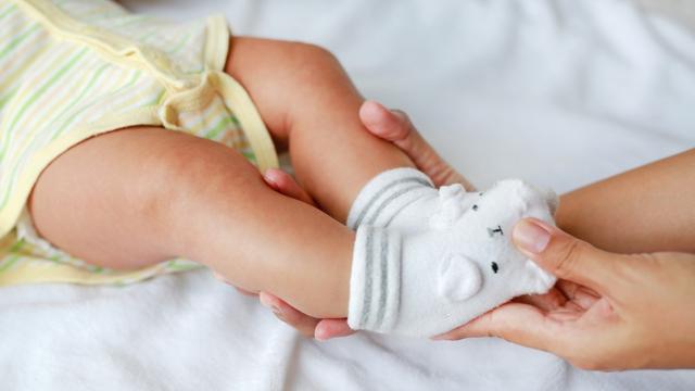 Apakah Bayi Perlu Pakai Kaus Kaki? (138355)