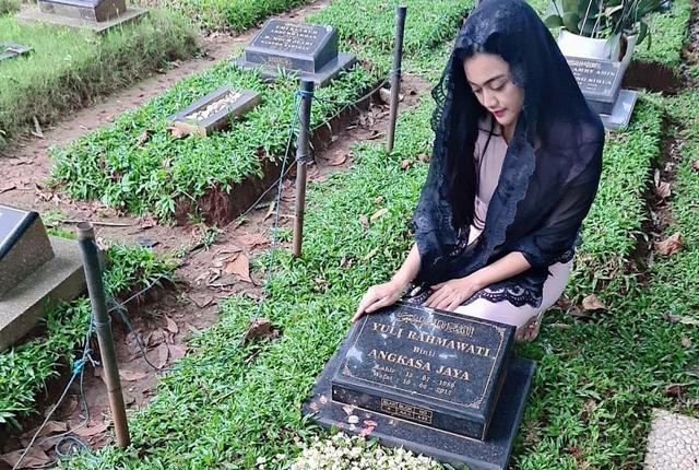 Peringati 4 Tahun Meninggalnya Julia Perez, Nia Anggia: Berat Jalani Tanpa Lo (123116)