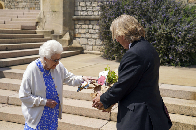 Ratu Elizabeth II Tanam Mawar Philip untuk Rayakan Ultah Mendiang Suami (331441)