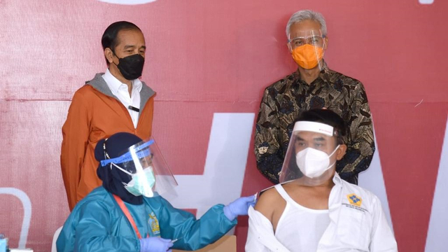 Foto: Jokowi Tinjau Vaksinasi Corona di Pelabuhan Tanjung Emas (107804)