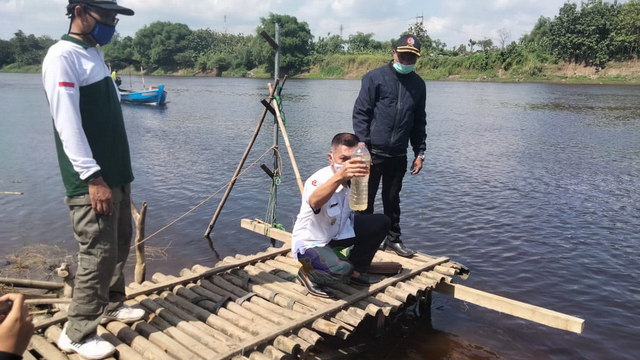 Berubah Warna, Air Sungai Bengawan Solo di Bojonegoro Diduga Tercemar (123359)
