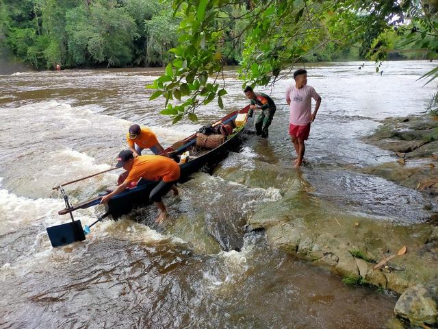 Potret Perjuangan Babinsa TNI AD Berjibaku Melewati Jeram di Pedalaman Sintang (48637)