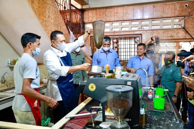 Ketika Ketua MPR Bamsoet Jadi Peracik Kopi Ulee Kareng dalam Kunjungan ke Aceh (76636)