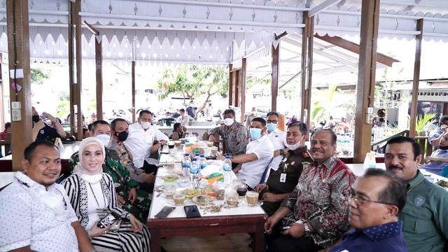 Ketika Ketua MPR Bamsoet Jadi Peracik Kopi Ulee Kareng dalam Kunjungan ke Aceh (76637)