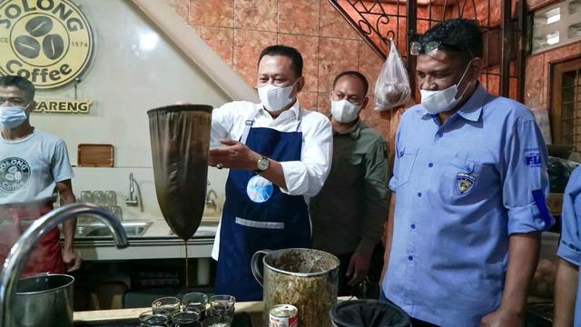 Ketika Ketua MPR Bamsoet Jadi Peracik Kopi Ulee Kareng dalam Kunjungan ke Aceh (76638)