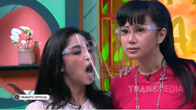 Bantah Settingan, Denise Chariesta Sebut Dewi Perssik Cewek Gila (31639)