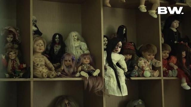 5 Selebriti yang Hobi Mengoleksi Boneka, Ada yang Bentuknya Menyeramkan (841)