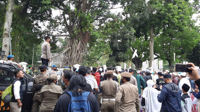 Massa Pendukung Habib Rizieq Datangi Balai Kota dan DPRD Kota Bogor (164528)