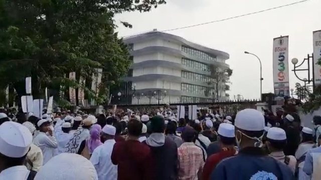 Massa Pendukung Habib Rizieq Datangi Balai Kota dan DPRD Kota Bogor (164526)