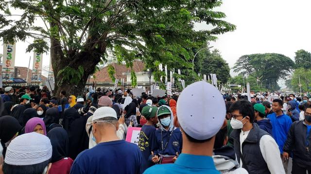 Massa Pendukung Habib Rizieq Datangi Balai Kota dan DPRD Kota Bogor (164527)