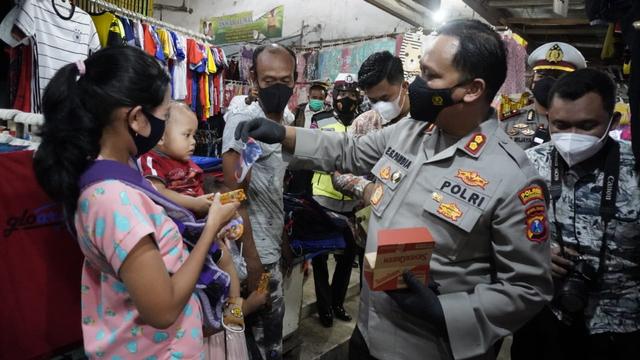Polisi Bojonegoro Bagikan 10 Ribu Masker ke Masyarakat (43820)